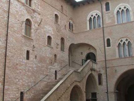 foligno_palazzo_trinci_facciata_400
